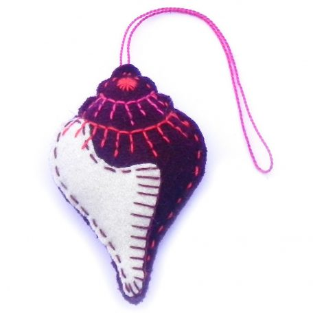 Mini conch shell maroon with white